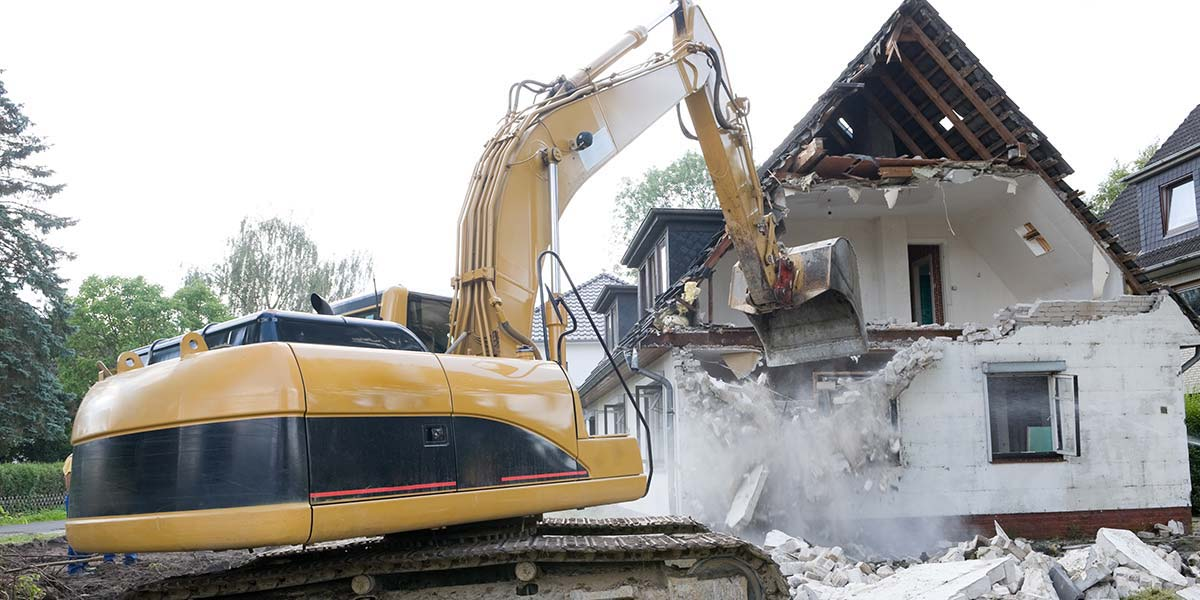 Hydraulic Excavator Destroys Upper Floor of a House.